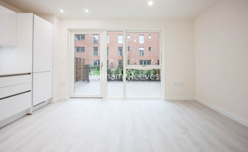 3 bedroom(s) flat to rent in Lensview Close, Harrow, HA1-image 1