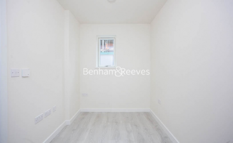 3 bedroom(s) flat to rent in Lensview Close, Harrow, HA1-image 3