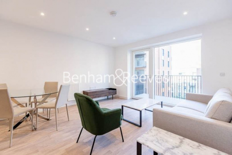 1 bedroom(s) flat to rent in Greenleaf Walk, Southall, UB1-image 1