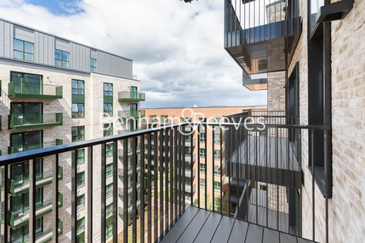 1 bedroom(s) flat to rent in Greenleaf Walk, Southall,UB1-image 12