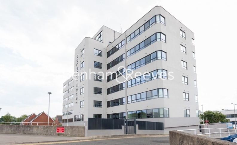 1 bedroom(s) flat to rent in Dolphin House, Sunbury-on-Thames, TW16-image 9