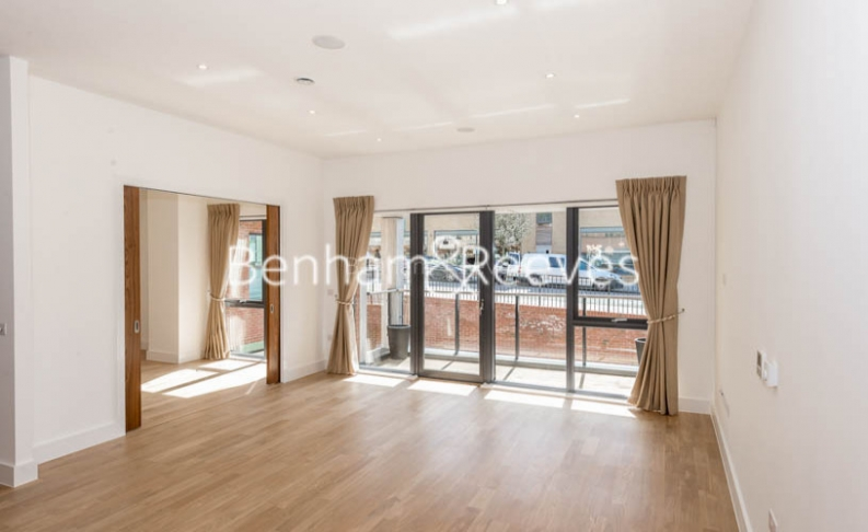 4 bedroom(s) flat to rent in Finchley Road, Golders Green, NW11-image 1