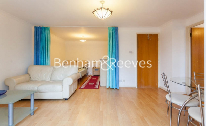 Studio flat to rent in Brompton Park Crescent, Kensington, SW6-image 1