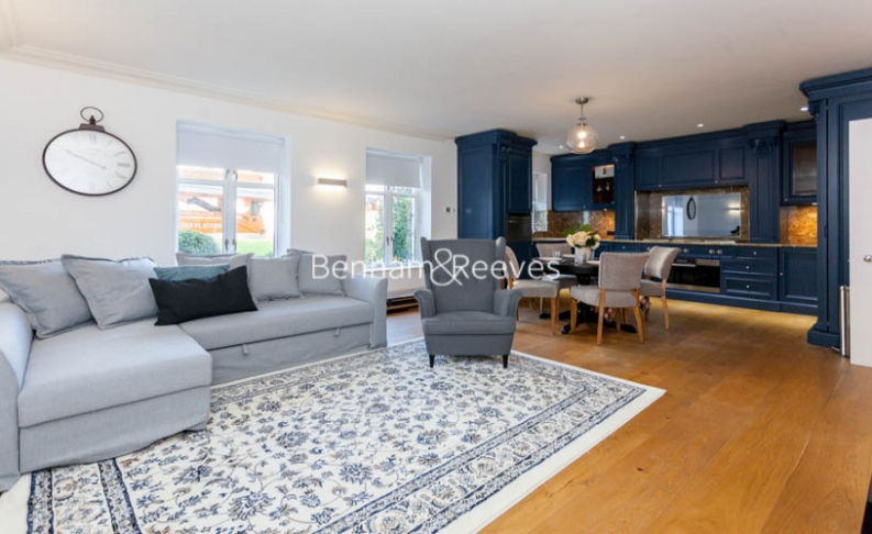 3 bedroom(s) flat to rent in Kensington Green, Kensington, W8-image 8