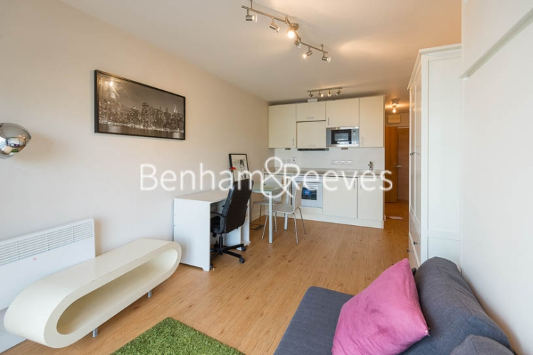 Studio flat to rent in Boulevard Drive, Colindale, NW9-image 1