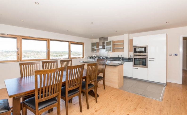 3 bedroom(s) flat to rent in Heritage Avenue, Colindale, NW9-image 3