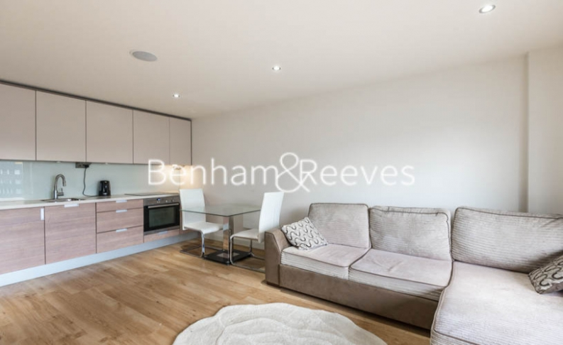 Studio flat to rent in East Drive, Colindale, NW9-image 1