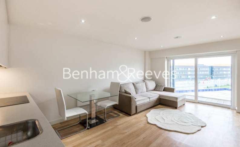 Studio flat to rent in East Drive, Colindale, NW9-image 2