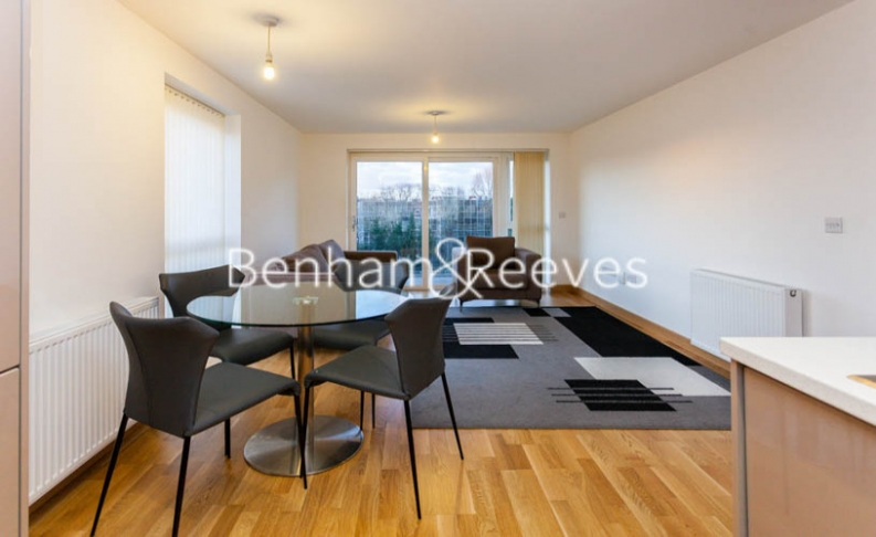 2 bedroom(s) flat to rent in Zodiac Close, Edgware, HA8-image 3