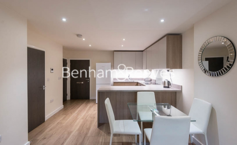 Studio flat to rent in Beaufort Square, Colindale, NW9-image 3