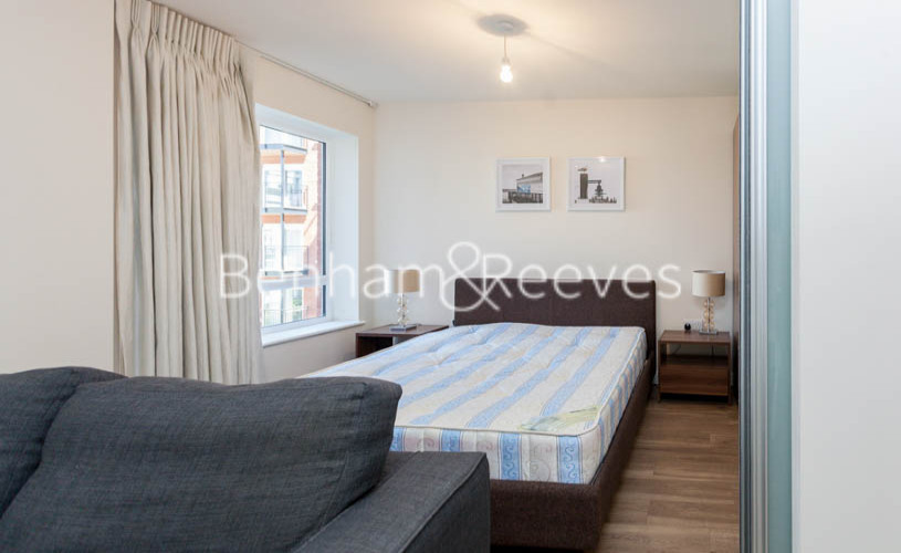 Studio flat to rent in Beaufort Square, Colindale, NW9-image 7