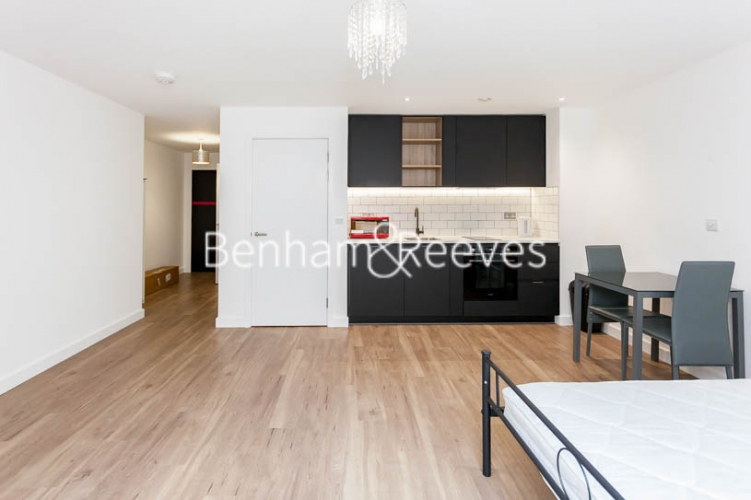 Studio flat to rent in Beaufort Square,Colindale , NW9-image 1