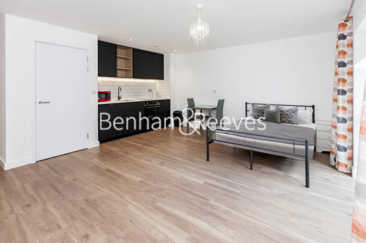 Studio flat to rent in Beaufort Square,Colindale , NW9-image 5