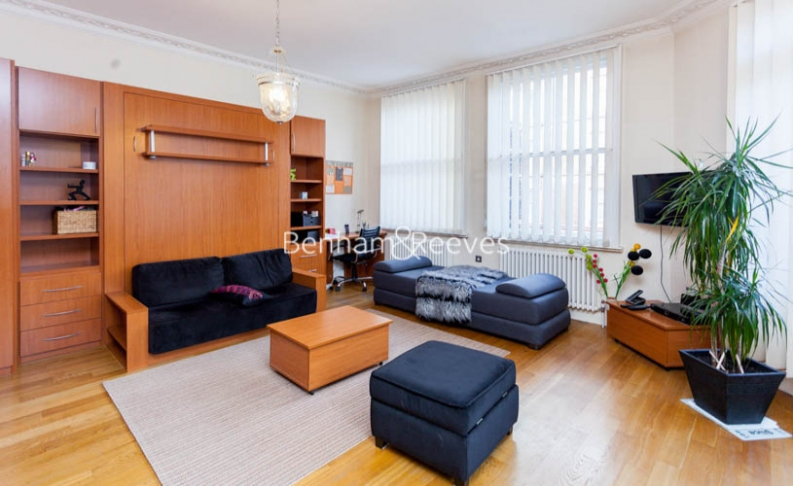 Studio flat to rent in Theobalds Road, Bloomsbury, WC1X-image 1