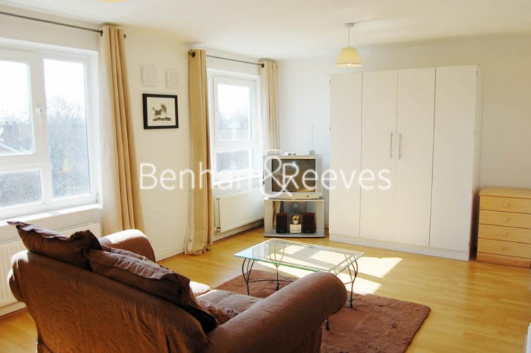 Studio flat to rent in Tarragon Court, Ilford, IG1-image 1