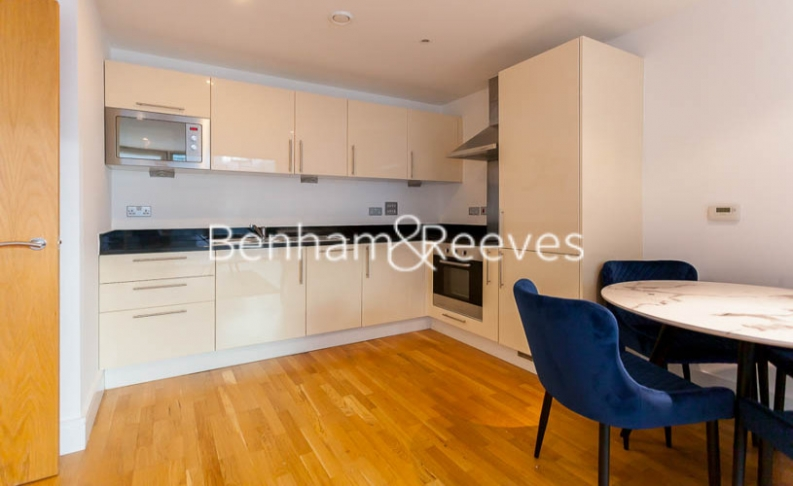 1 bedroom(s) flat to rent in Millharbour, South Quay, E14-image 2
