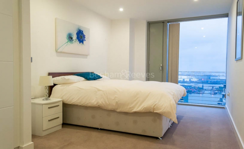 3 bedroom(s) flat to rent in Landmark East Tower, Canary Wharf, E14-image 9