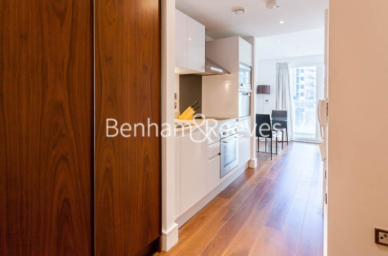 Studio flat to rent in 6 Lincoln Plaza, Canary Wharf, E14-image 3