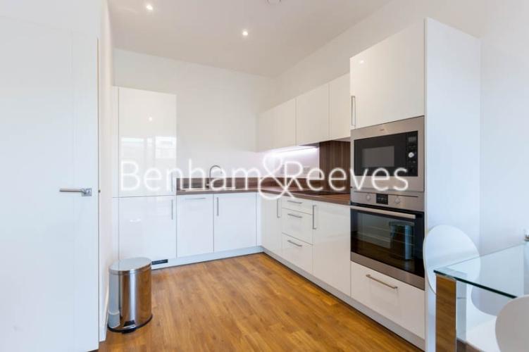 1 bedroom(s) flat to rent in Kingfisher Heights, Pontoon Dock, E16-image 2