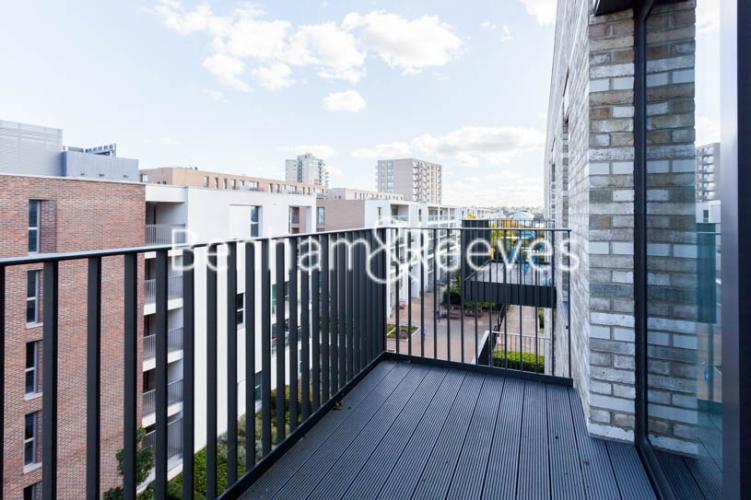 1 bedroom(s) flat to rent in Kingfisher Heights, Pontoon Dock, E16-image 5