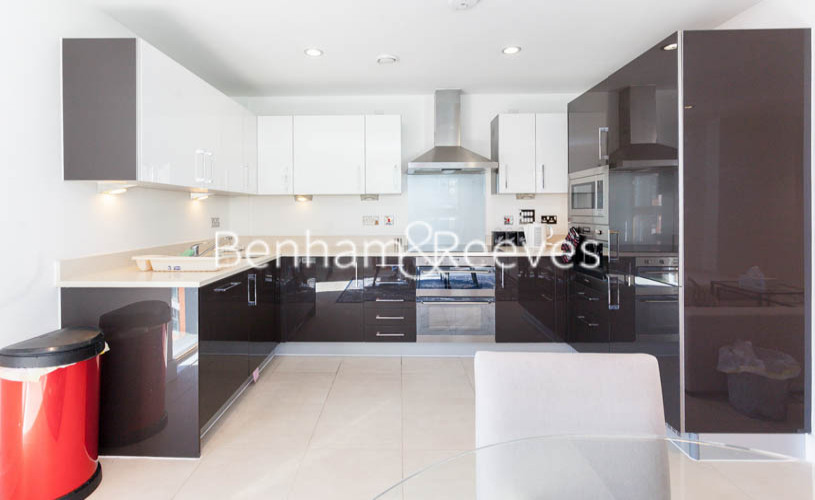 3 bedroom(s) flat to rent in Streamlight Tower, Province Square, E14-image 2