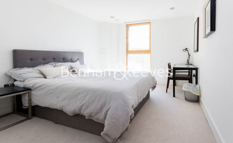 3 bedroom(s) flat to rent in Streamlight Tower, Province Square, E14-image 4