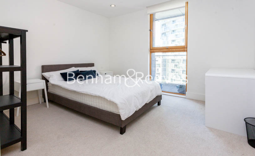 3 bedroom(s) flat to rent in Streamlight Tower, Province Square, E14-image 8