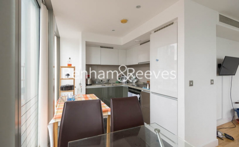 1 bedroom(s) flat to rent in Landmark East Tower, Canary Wharf, E14-image 2