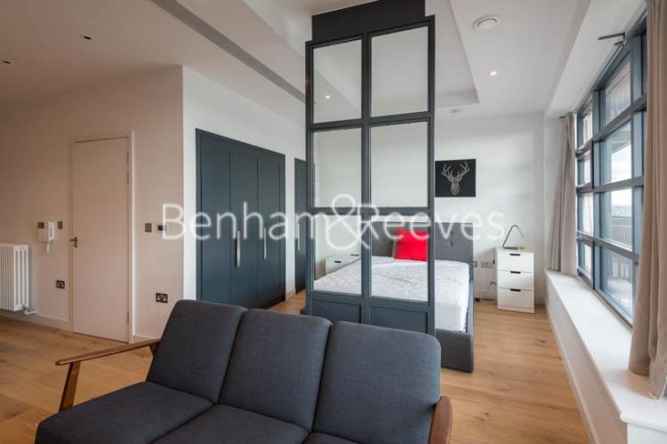 Studio flat to rent in Defoe House, Lockout Lane, E14-image 1