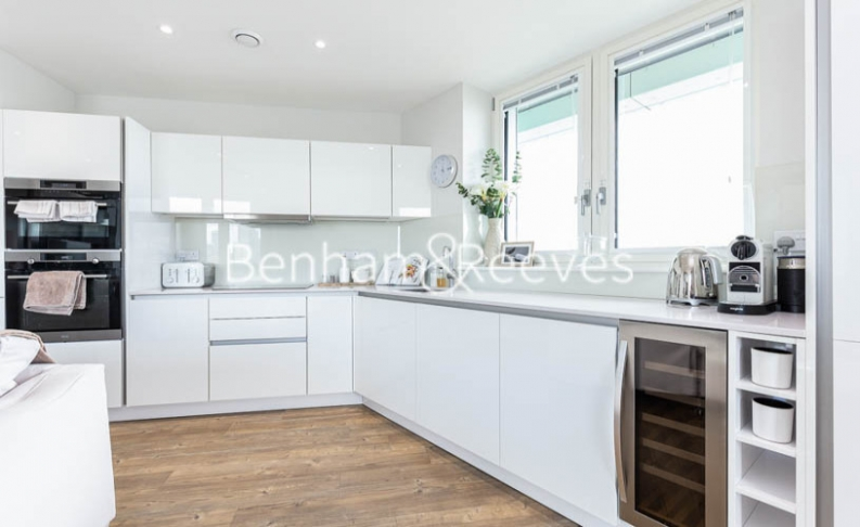 3 bedroom(s) flat to rent in Gordian Apartments, Cable Walk, SE10-image 2