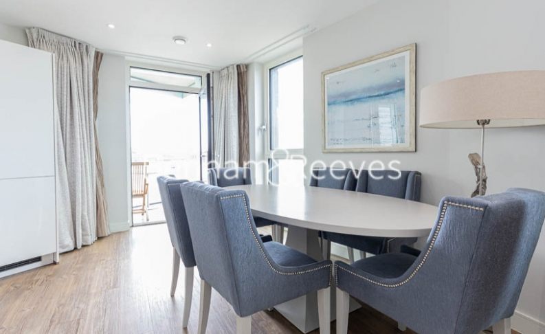 3 bedroom(s) flat to rent in Gordian Apartments, Cable Walk, SE10-image 3