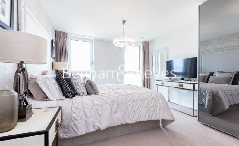 3 bedroom(s) flat to rent in Gordian Apartments, Cable Walk, SE10-image 4