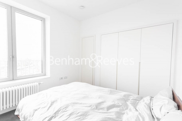 1 bedroom(s) flat to rent in Serapis house, Good Luck Hope, E14-image 9