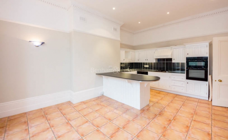 4 bedroom(s) flat to rent in Hampstead Lane, Highgate, N6-image 3