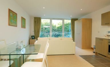 Studio flat to rent in Oswald Building, Chelsea Bridge Wharf, SW8-image 2