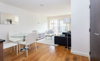 Studio flat to rent in Commander Avenue, Colindale, NW9-image 2