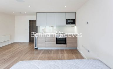 Studio flat to rent in Beaufort Park, Colindale, NW9-image 1