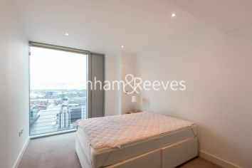 1 bedroom(s) flat to rent in Landmark East Tower, Marsh Wall, E14-image 4