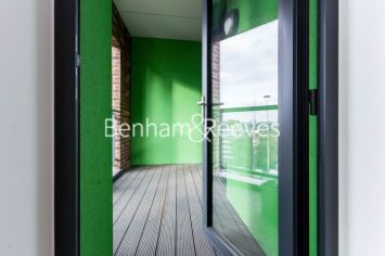 1 bedroom(s) flat to rent in Williamsburg Plaza, Poplar, E14-image 5